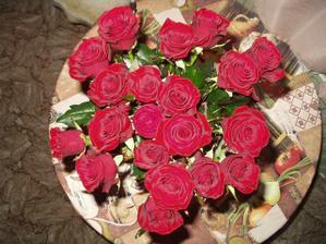 v té umělé růži byl prstýnek