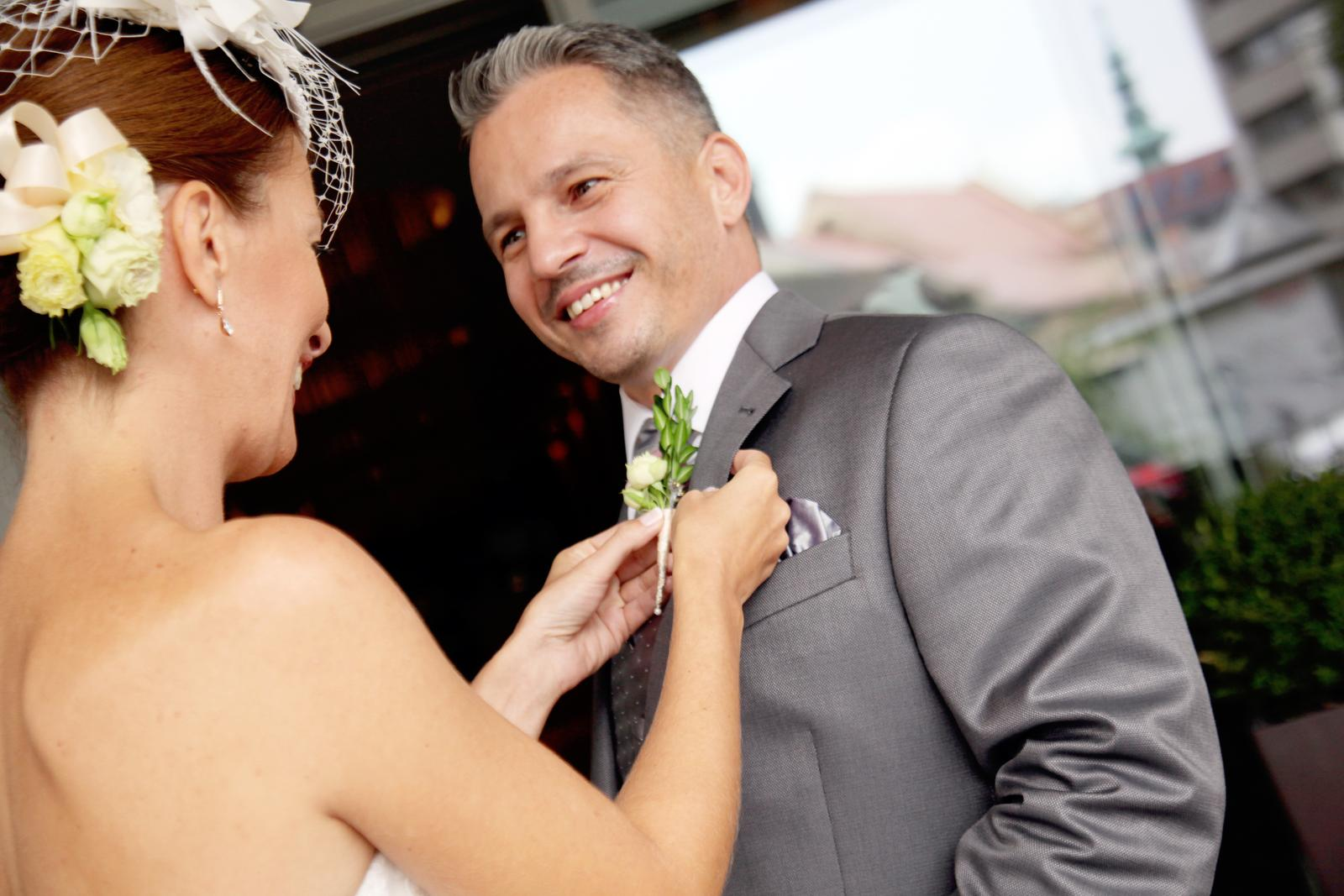 Slávka{{_AND_}}Michal - nevesta zvolila kvetinu do vlasov... a ženíchovi je potrebné pierko pripnúť veeeľmi opatrne, aby sa nepoškodil oblek z jemnej látky Loro Piana :-)