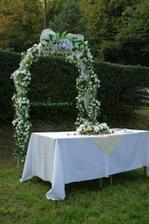 Náš obradný oltár ( ten urobil môj teraz už manžel!)