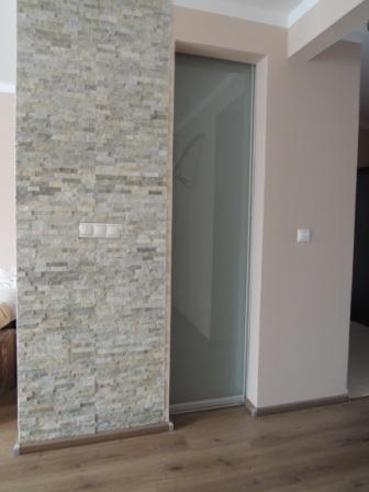 Šatník lamino bavlna + tapeta + posuvné dvere pieskované sklo - posuvné dvere - pieskované sklo v hliníkovom ráme