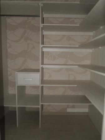 Šatník lamino bavlna + tapeta + posuvné dvere pieskované sklo - vnútro šatníka
