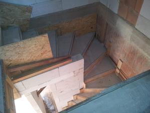 konečně  pořádný schody.. už nemusíme šplhat po paletách :)