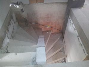 nachystáno na osvětlení schodiště