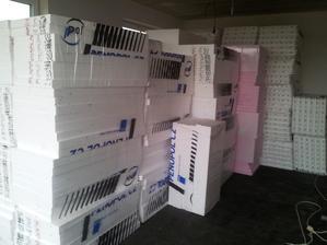 celá garáž zaskládaná polystyrénem.. aneb příprava na podlahy:)