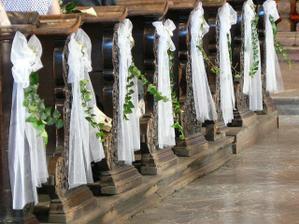 vyzdoba lavic v kostole