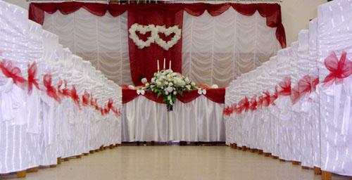 Jojka a Alexík-16.8.2008 - svadobná výzdoba asi takáto v bielobordovom prevedení..biele a bordové servítky, bielobordové truhličky s darčekom pre hostí a zároveň menovkou...