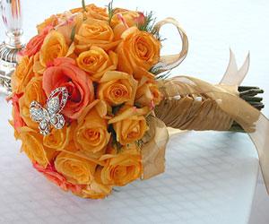 LeTho - kytica na tento spôsob - biele ruže a tyrkysový motýľ (len ho zohnať, nevie niekto kde???)