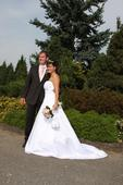Bílé svatební šaty s vlečkou a kamínky, 42