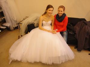 ano, dá se v nich sedět!!! :D s jednou z mých milovaných družiček jsme si hned musely udělat svatební foto :D