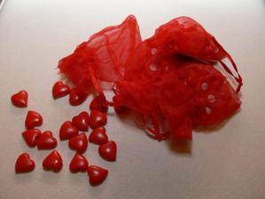 ....a mezi tím vším budou ještě poházená červená srdíčka, která jsem si objednala . Jsou ještě hezčí než jak vypadaly v katalogu