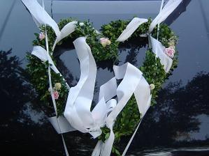 Tradiční panenku nebo raději květiny na výzdobu auta? Ještě uvidíme...