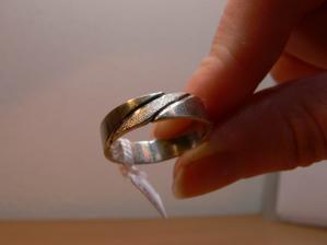 ...a taky tento musí být s kamínkem krásný...