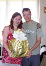 Dostali jsme první svatební dar. Kdoví, co se v něm skrývá :o)