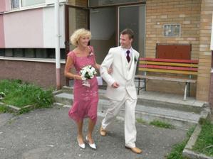 ...za ní ženich se svojí maminkou...