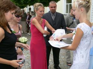 ...Petra rozdává svatební noviny, všichni z nich byli nadšení...