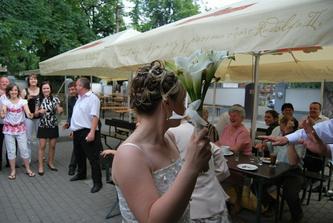 házení svatební kyticí...holek bylo dost