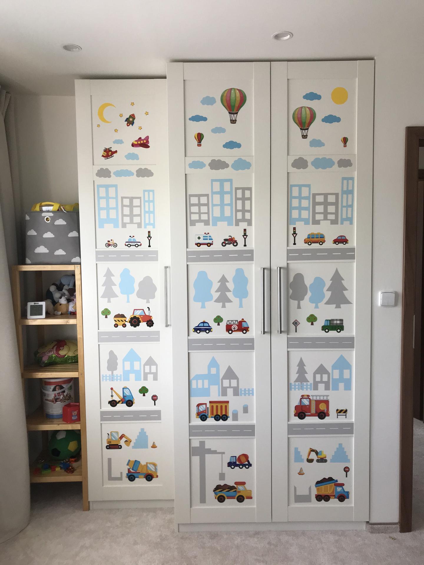 Maťkova izba - Nálepky na skrini hotové. Tie farebné časti (autíčka atď) sú z dvoch kúpených sád, zvyšok (šedé a modré prvky) som vystrihala zo samolepiacej fólie.