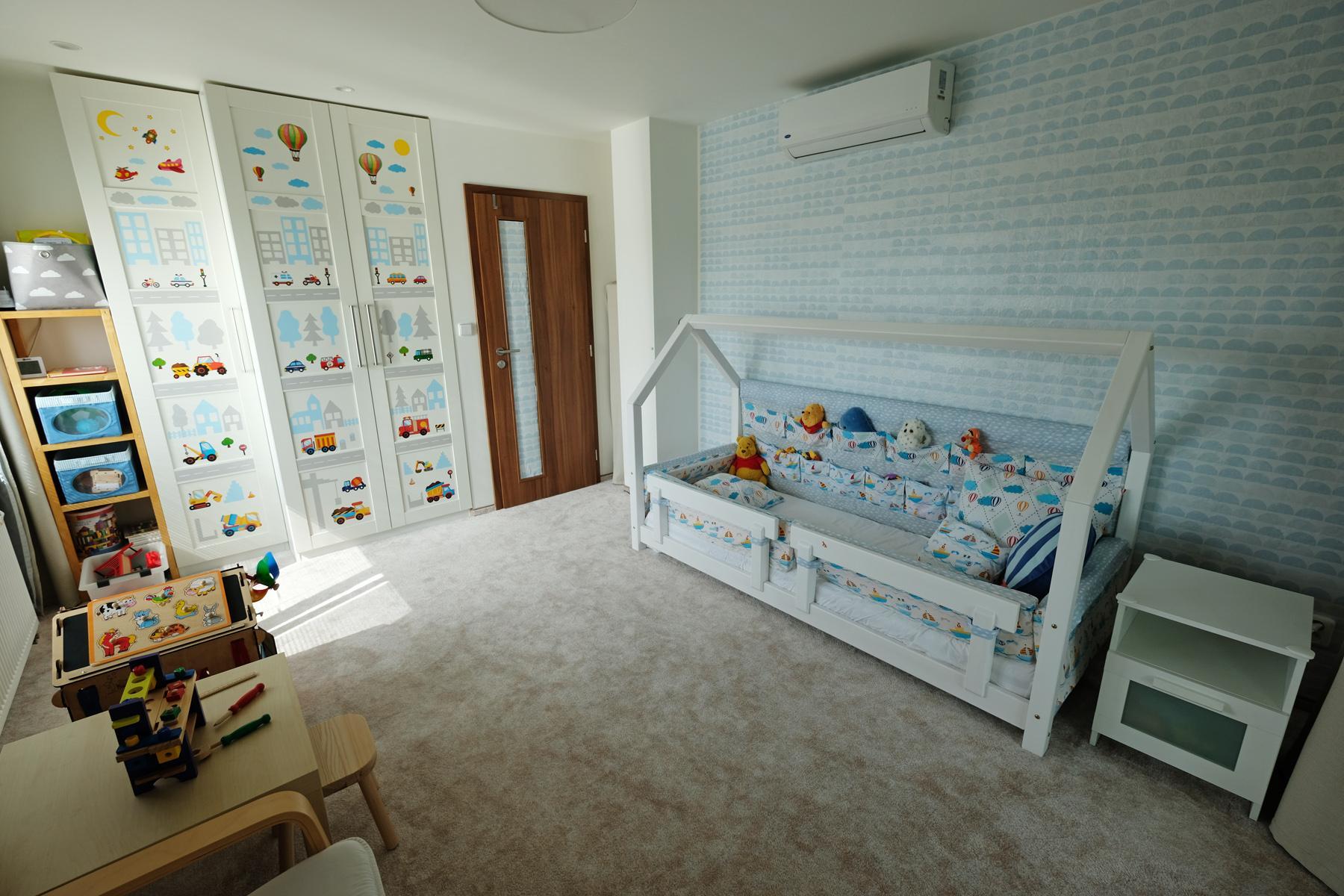 Maťkova izba - Tak tu už izbička v podstate hotová - mantinely v postieľke hotové, malý už väčšinou spí sám...