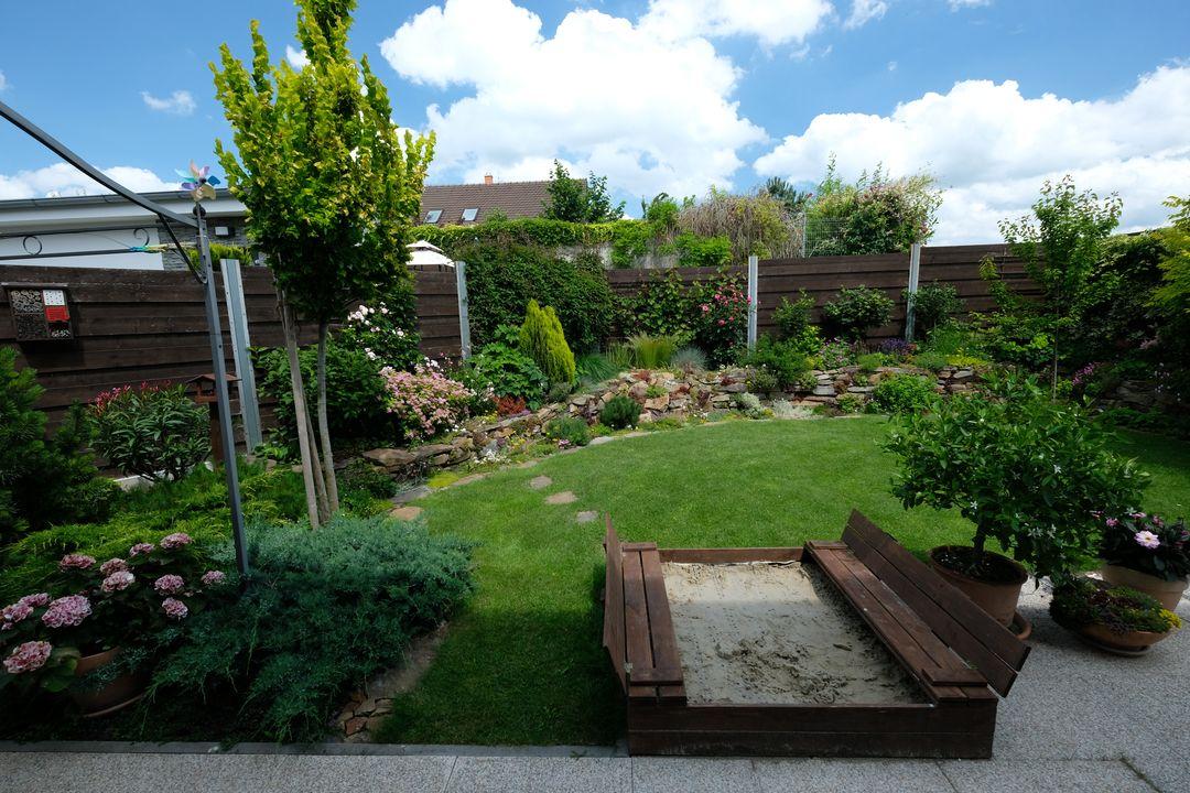 Naša záhradka 2020 - Z pieskoviska je teraz po tych dazdoch skor bahnisko.