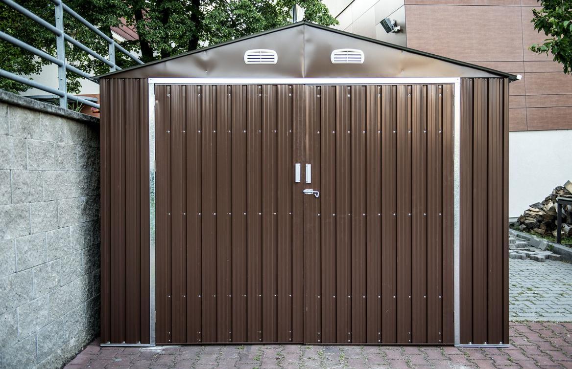Plechova Garaz Do 25 M2 Na Prazdnem Stavebnim Poze
