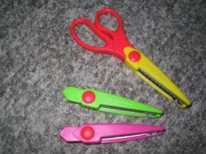 Zakoupila jsem dekorační nůžky, i kdybych je nevyužila na svatbu, hodí se na nějaké jiné výtvory:-) Za 89 Kč z papírnictví