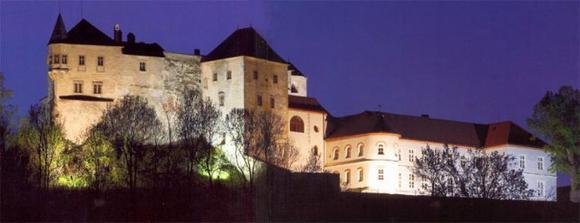 svadobný obrad sa uskutoční na hrade v Slovenskej Ľupči - už reservé, keďže v BB nie je žiadne romantické miesto na svadbu a Msú nepripadal do úvahy
