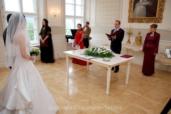 6.6.2009 Banská Bystrica - kytica na obradnom stole