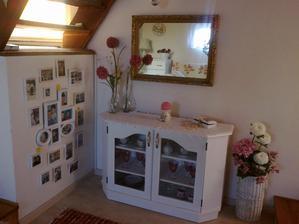 Stena pod schodami praskala...tak som staré rámiky z výšiviek natrela na bielo a urobila malú rodinnú galériu.