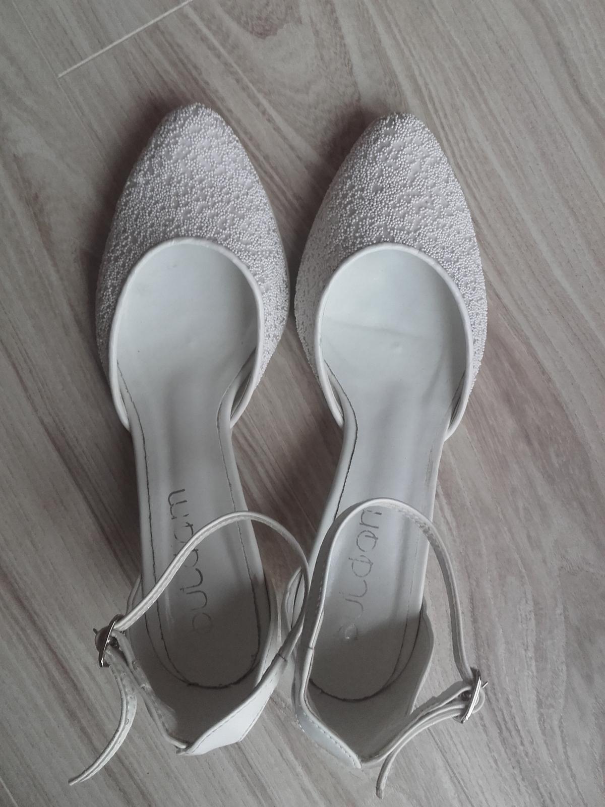 Bílé střevíčky s perličkami, vel. 39, nízký podpatek - Obrázek č. 3