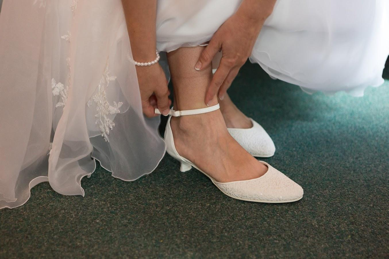 Bílé střevíčky s perličkami, vel. 39, nízký podpatek - Obrázek č. 1