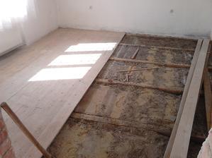 Začali sme pekne od podlahy...vytrhať dosky a potom vyniesť škváru