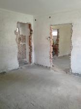 Jediné dvere na dome ktoré to prežili (zatiaľ) sú tie vchodové. Všetky zárubne museli ísť preč. Ani jedne pôvodné dvere neostanú na svojom mieste.
