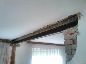 Napriek tomu, že v celom dome nie je žiadna nosná priečka (okrem obvodových stien domu), tak som pre istotu a spokojný spánok dal ako preklad dve 10 centimetrové Íčka. Predsa len stena ktorú som zvalil išla stredom domu.