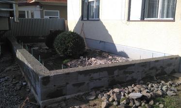 Základ terasy...a je aj kam vynášať ten bordel z domu.