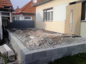 Opäť sme mohli pokračovať v práci. Bordel z domu vynesený a terasa naplnená.