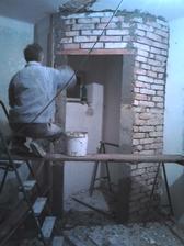 Vymurovaná komôrka. Dom má veľkú pivnicu, tak komôrka v kuchyni stačí aj taká menšia.