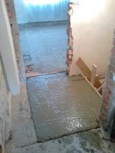 Zabetónovaných pár schodov do pivnice.