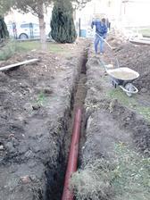 Zasypávanie kanalizácie. Pomáhal mi aj otec.