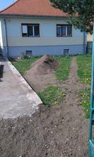 Hneď ako sa zlepšilo počasie, tak som dokončil dvor. Už mi ostala len zem, ktorú použijem v záhrade na vyrovnanie.