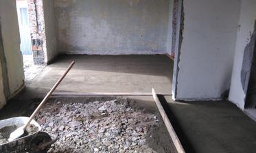 Podlaha v budúcej obývačkokuchyni ešte nebola zabetónovaná.