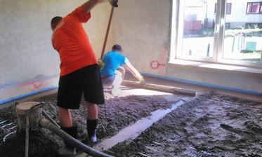 Betónovanie podlahového kúrenia cementovým poterom.