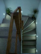 současný stav schodiště (do budoucna přijde obložit dřevem a zábradlí asi v kombinaci dřevo/kov)