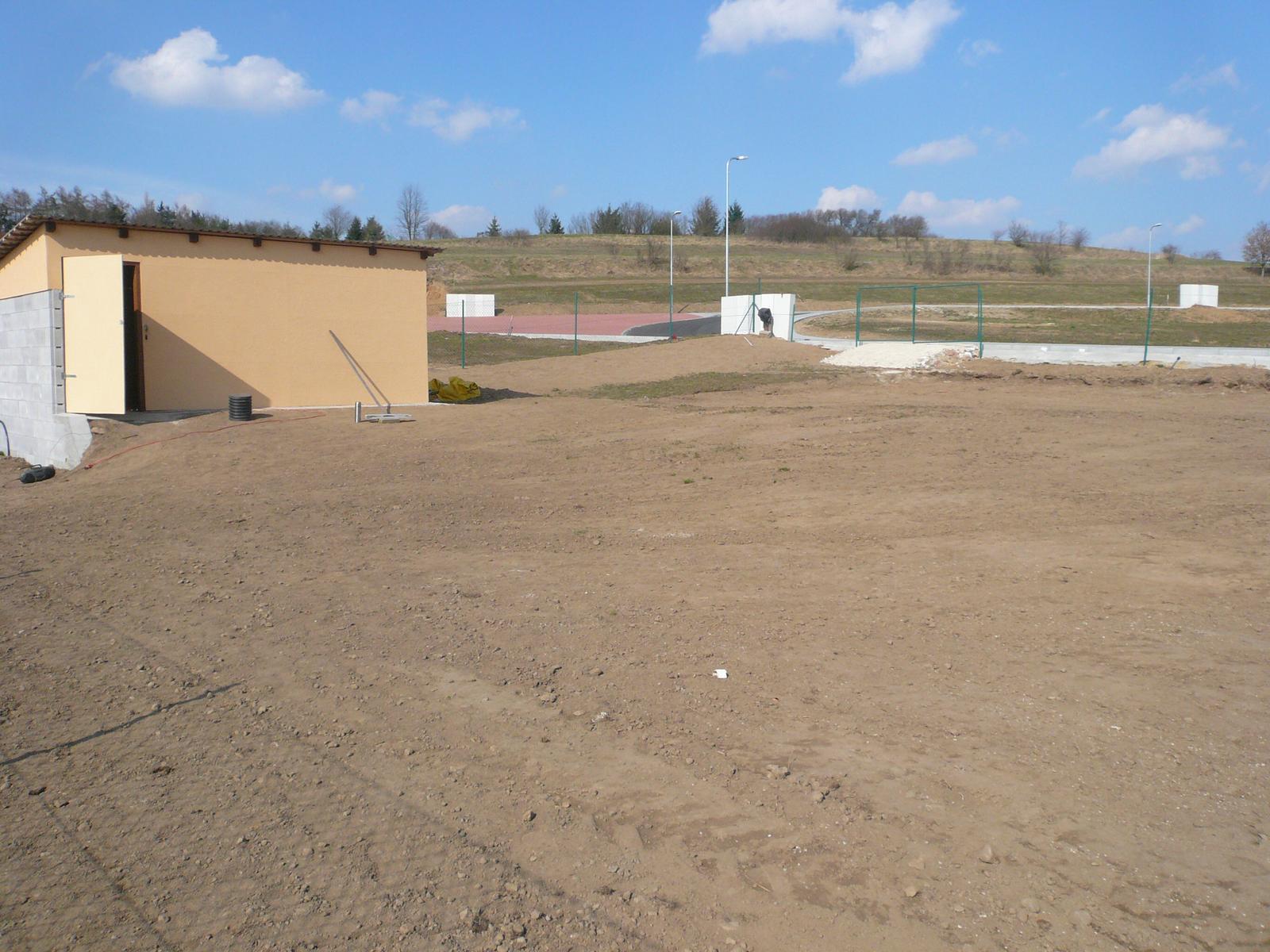 Pasivní dřevostavba na betonových patkách S. Hoštice - Bouda i se stěnou kde bude skleník