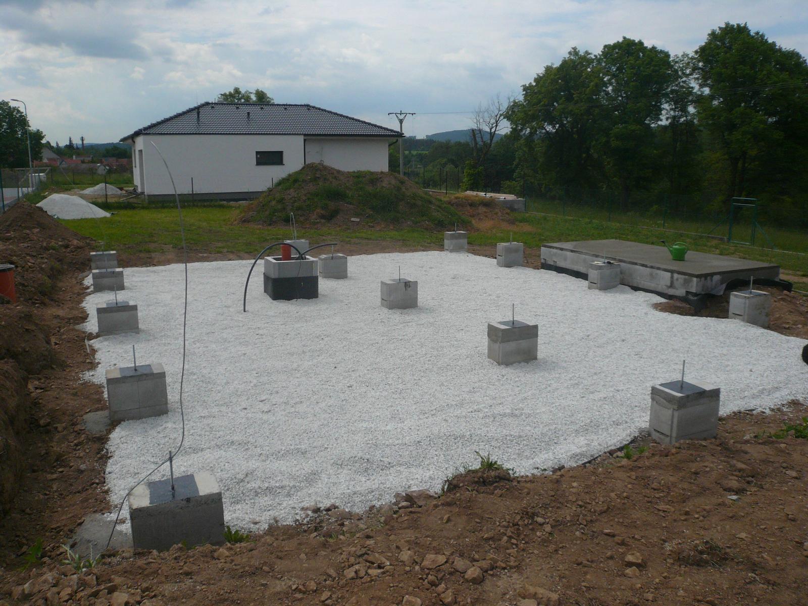 Pasivní dřevostavba na betonových patkách S. Hoštice - Připraveno na montáž roštu