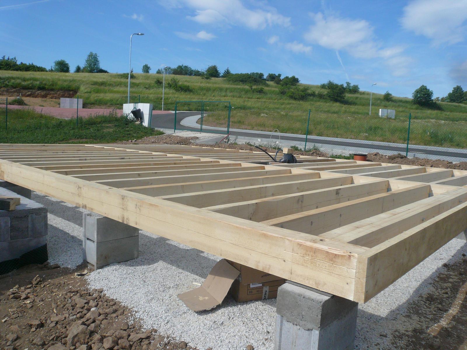 Pasivní dřevostavba na betonových patkách S. Hoštice - Rošt z masivních trámů 26x20cm