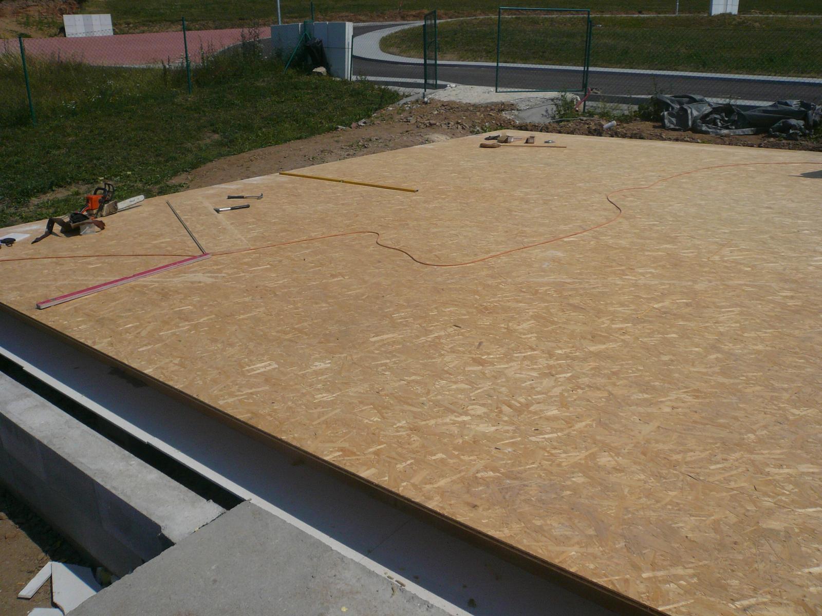 Pasivní dřevostavba na betonových patkách S. Hoštice - Zaklopený a zateplený rošt se složením: deska  Fermacell - vata Rockmin 26cm - OSB 22mm
