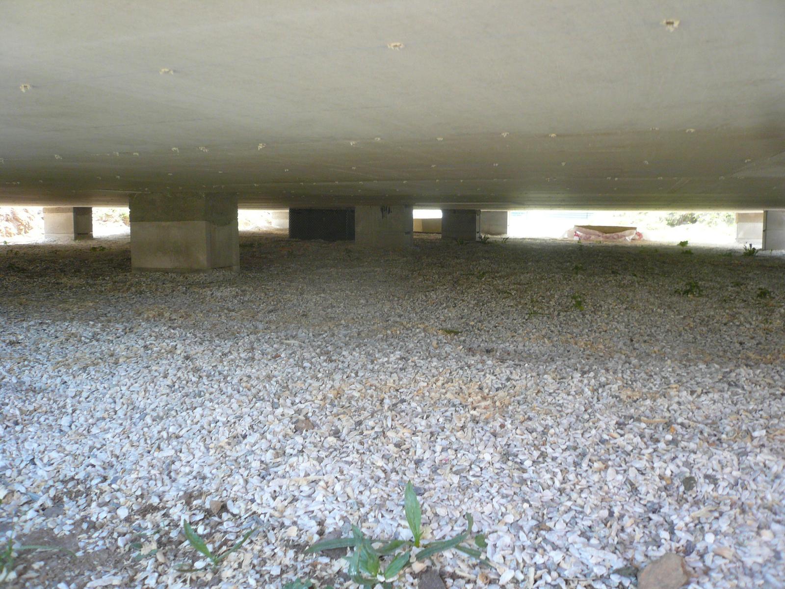 Pasivní dřevostavba na betonových patkách S. Hoštice - Provětrávaná mezera cca 40cm - v případě problému jde vlézt pod dům