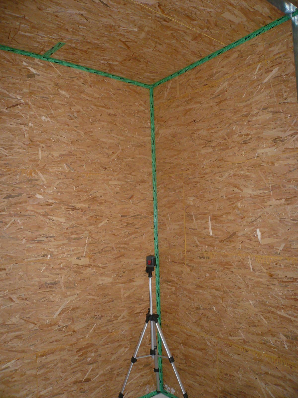 Pasivní dřevostavba na betonových patkách S. Hoštice - OSB desky jsem lepil do drážky PU lepidlem a paskou jsem přelepoval jen rohy