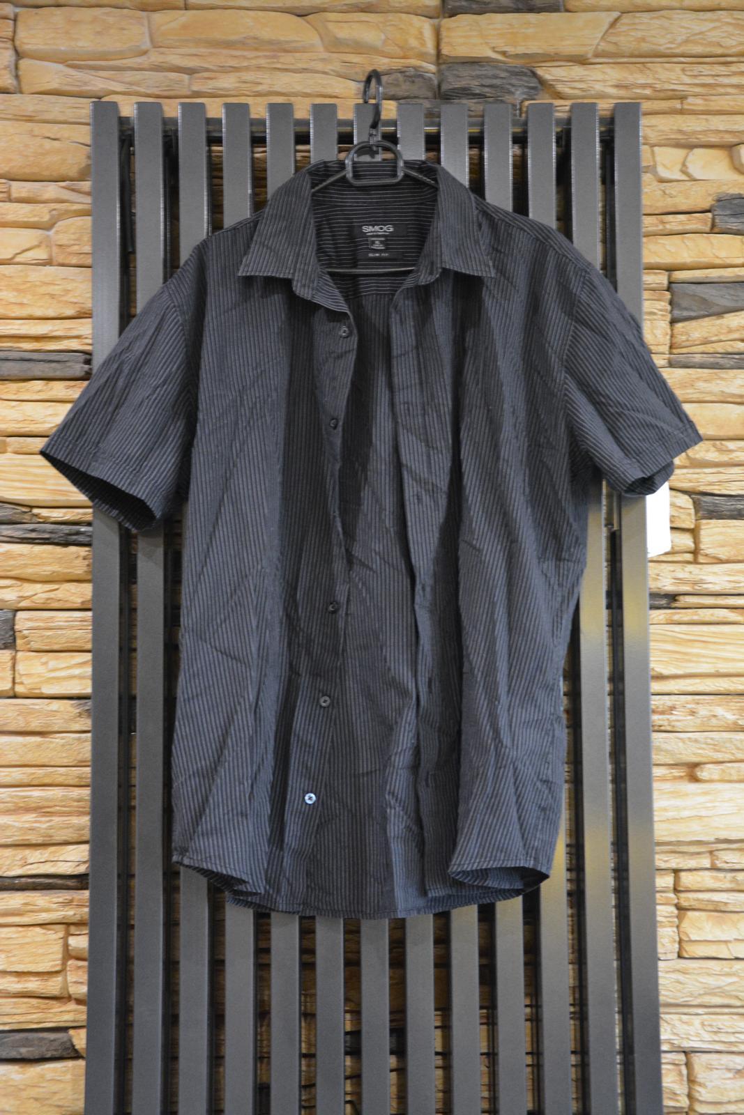 Černá košile s krátkým rukávem a bílým proužkem - Obrázek č. 1