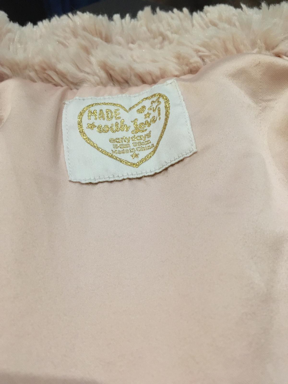 Světle růžový chlupatý kabátek - Obrázek č. 3